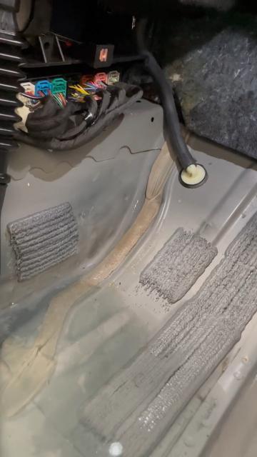 凯迪拉克XT4空调排水管破裂,导致车内进水