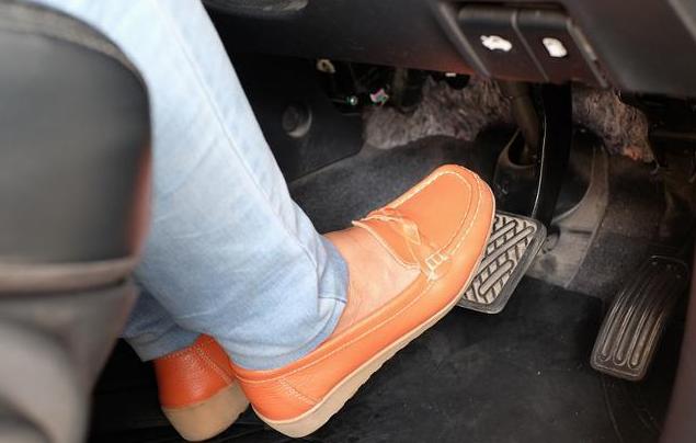 開車時,大腳油門和輕踩油門誰更傷車?修車師傅:別弄錯!