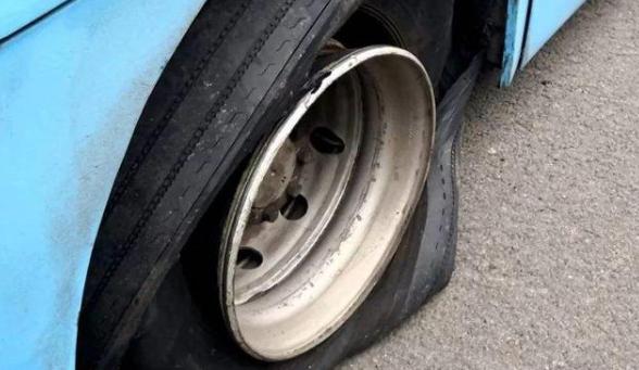 高速上汽車爆胎怎么辦?老司機:教你幾招,這才是最正確的做法