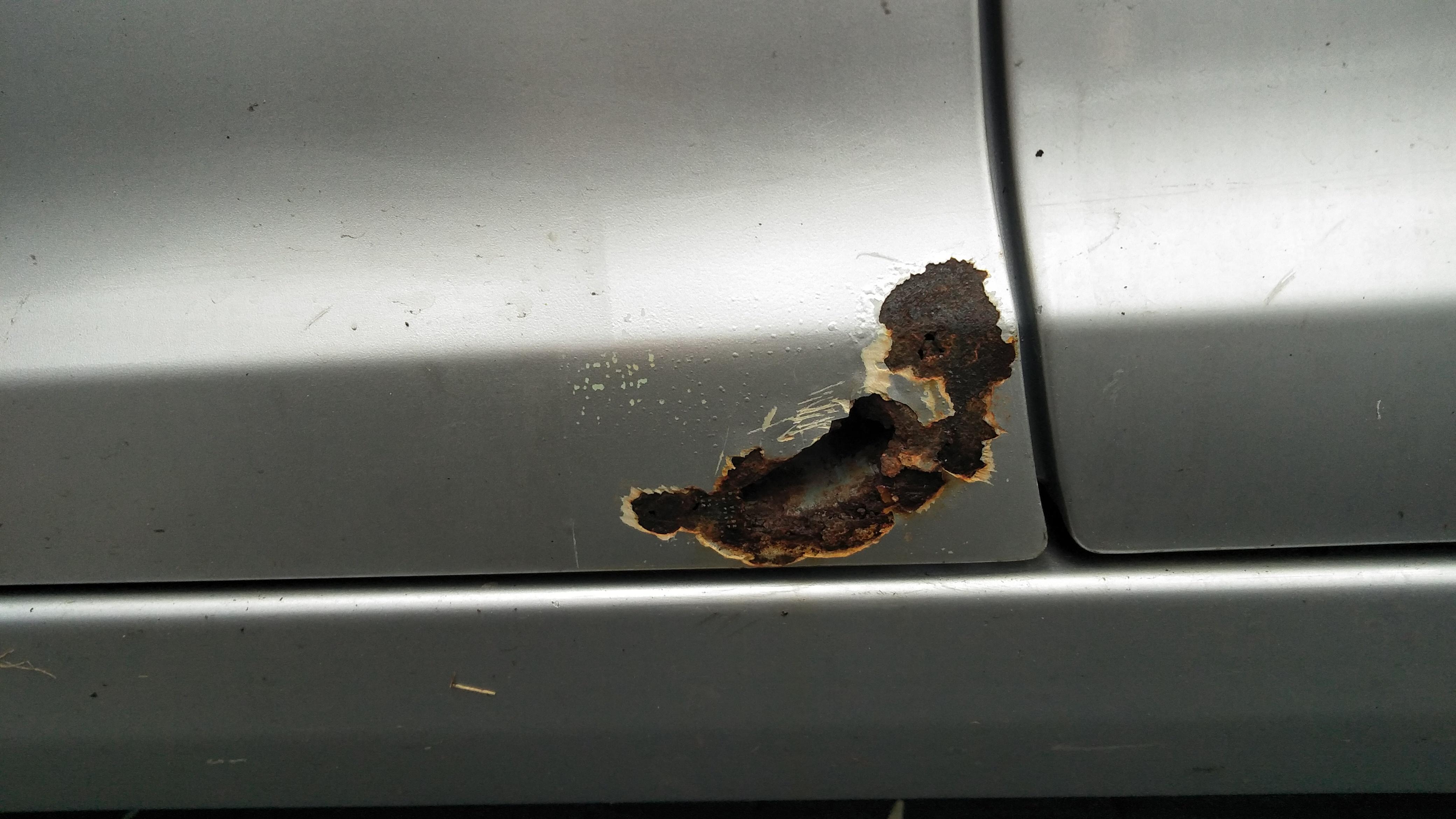 长城汽车-长城C30  左前门严重的生锈现象