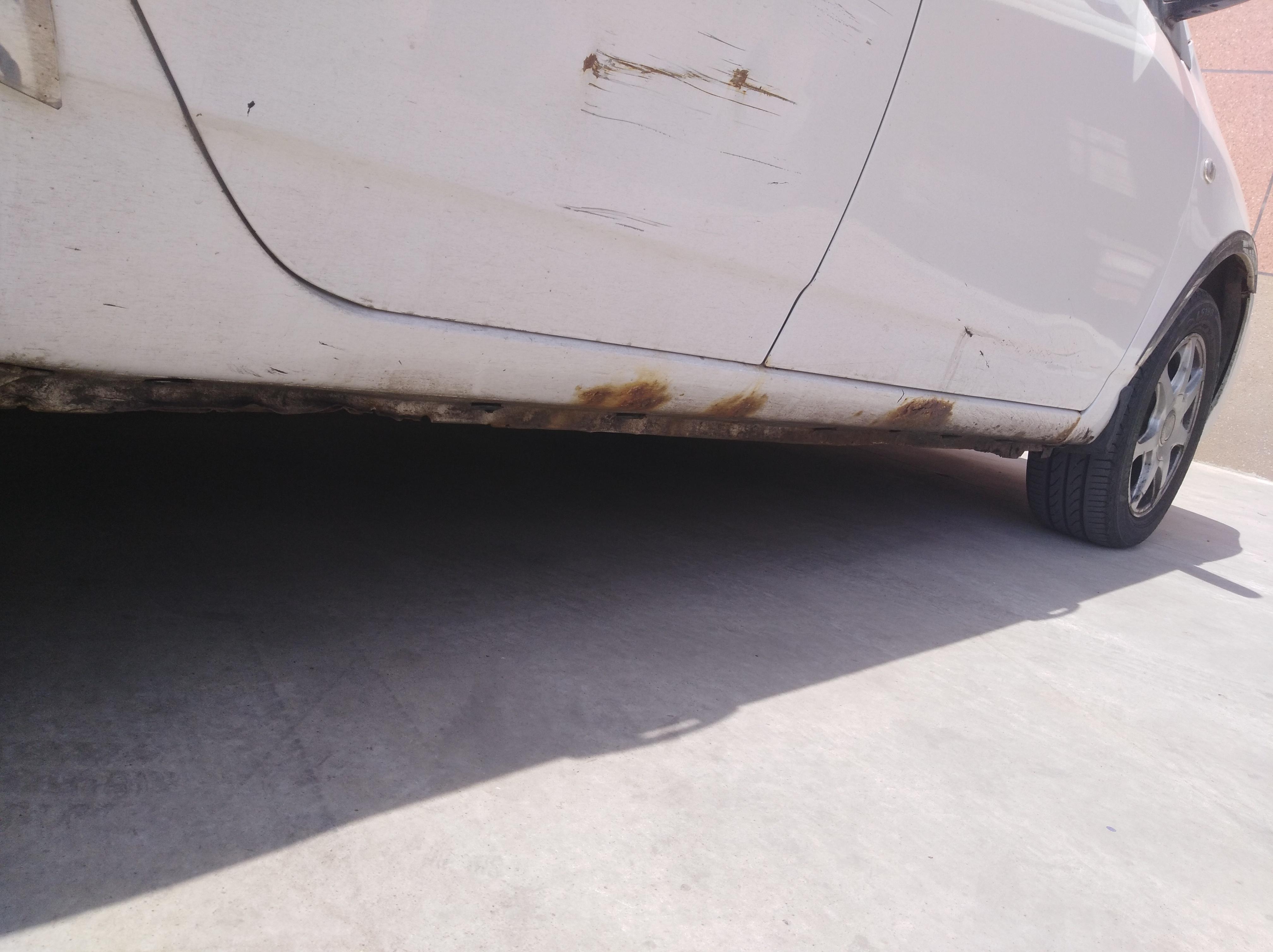 比亚迪-比亚迪F3  车底两侧里外腐烂,车梁也腐烂,车门边缘也生绣