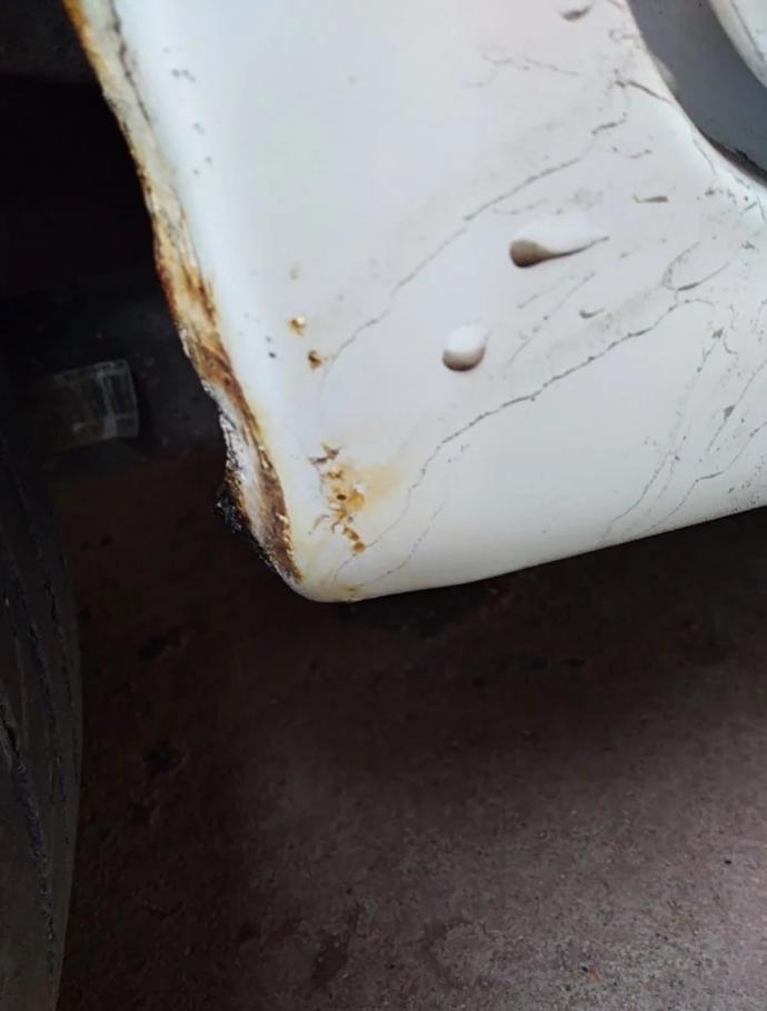 东南-V3菱悦 轮眉处锈蚀严重,刹车分泵有异响