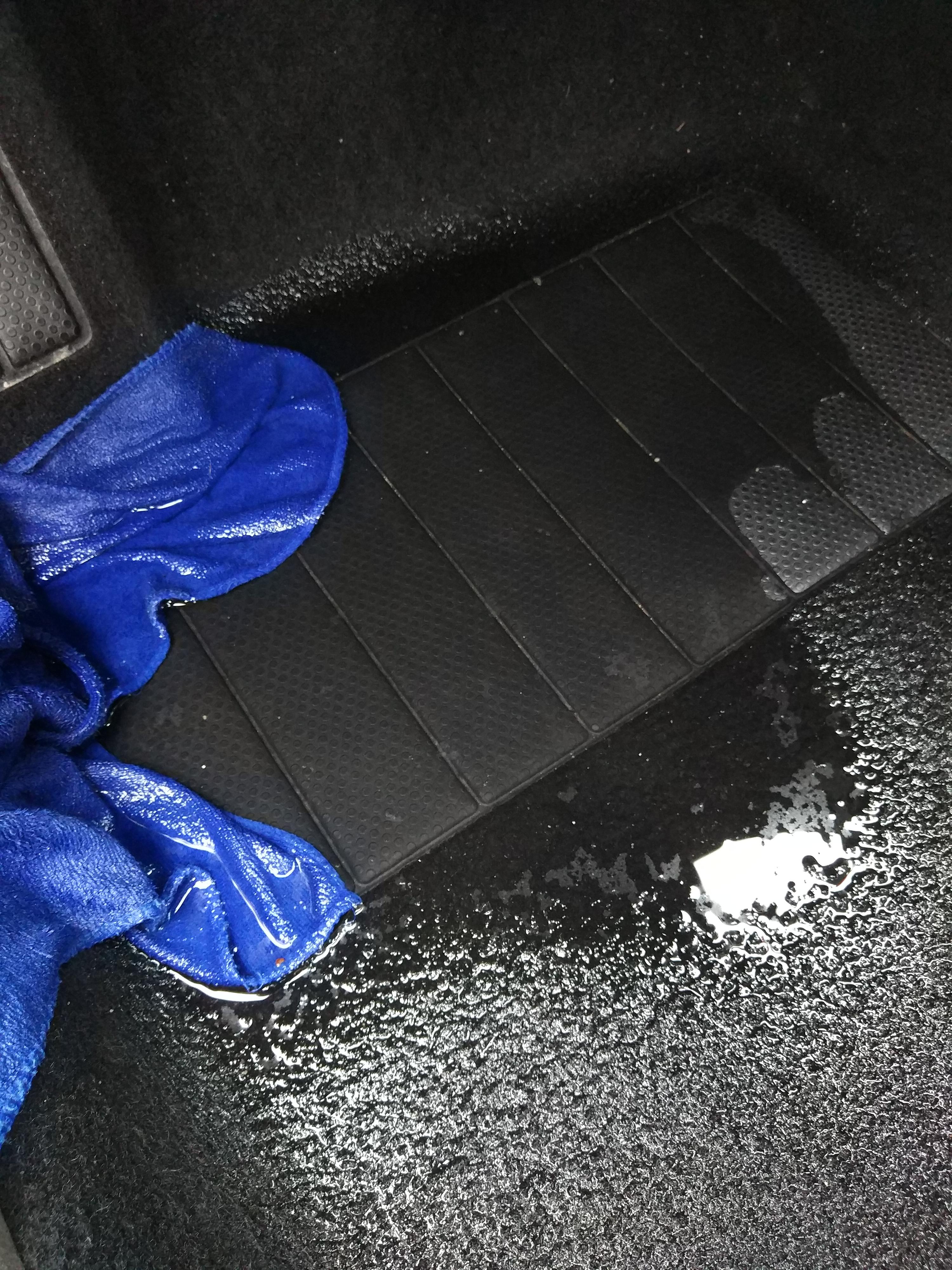 大众-宝来 车辆漏水严重,一到下雨天车里就是水