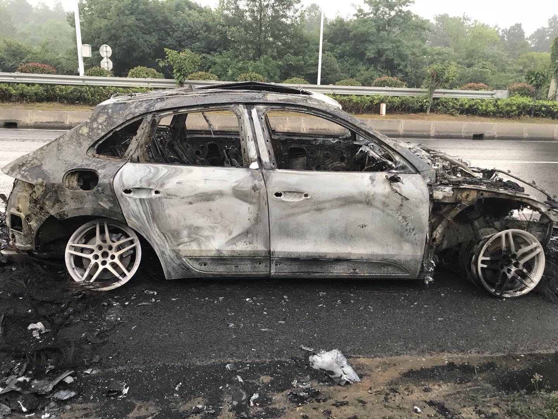 保时捷-Macan 传动轴磨坏油箱引发车辆自燃