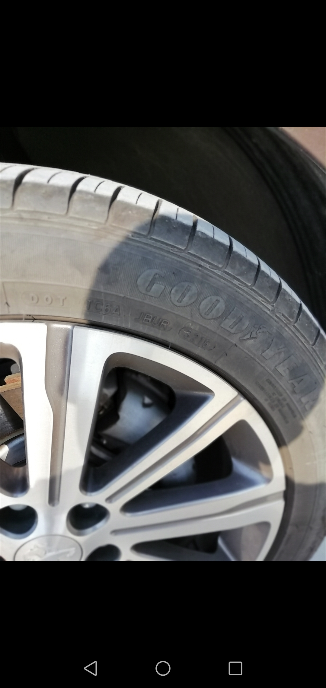 东风标致-标致408 2014款408轮胎侧面裂纹