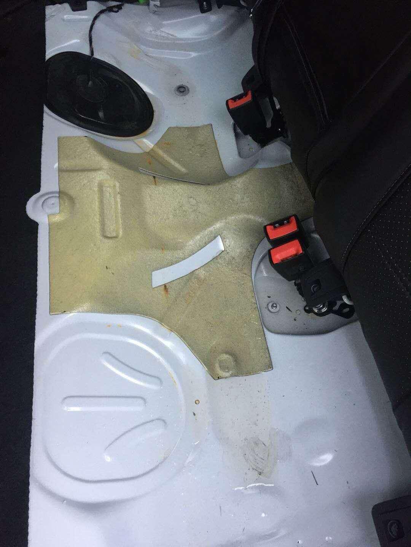 大众-高尔夫 新车密封性不严,车厢内积水严重
