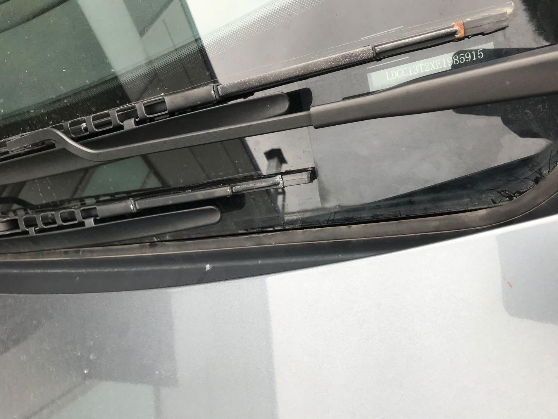 雪铁龙-世嘉 13款世嘉前挡风玻璃开胶开裂应为设计缺陷,请厂家合理处理