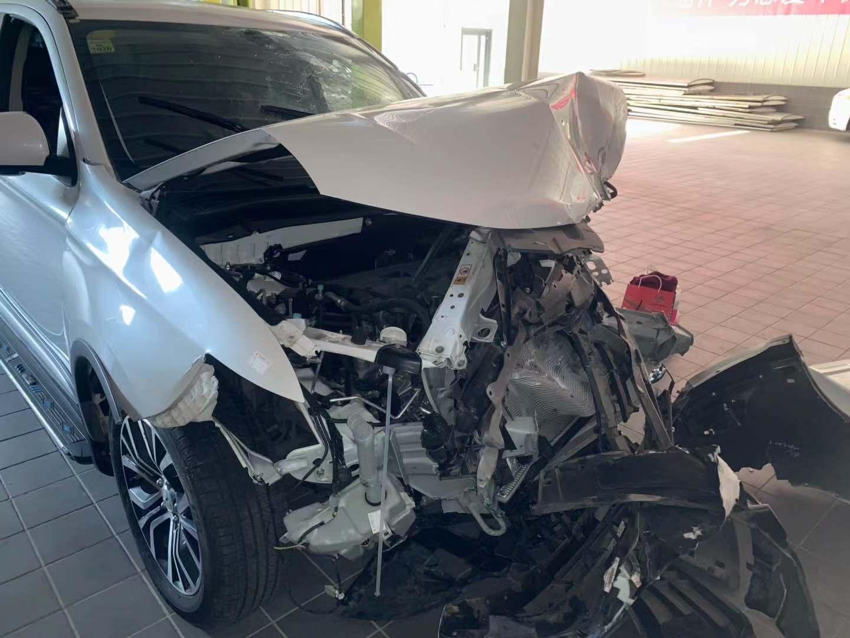 三菱-欧蓝德 汽车损毁严重,安然气囊却没有弹出