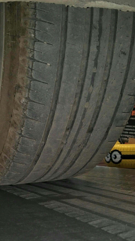 奥迪-奥迪A6L 新车行驶半年,两个后轮胎磨损非常严重