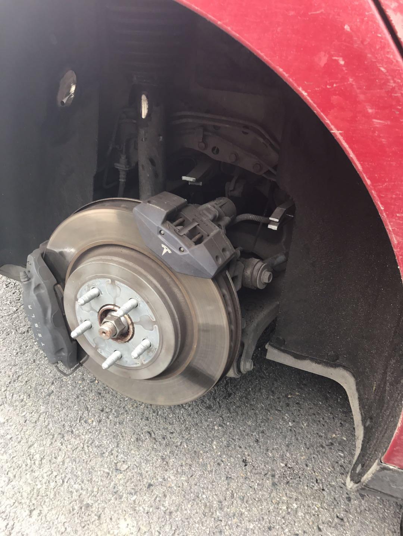 特斯拉-MODEL S 车辆在行驶中悬架突然断裂