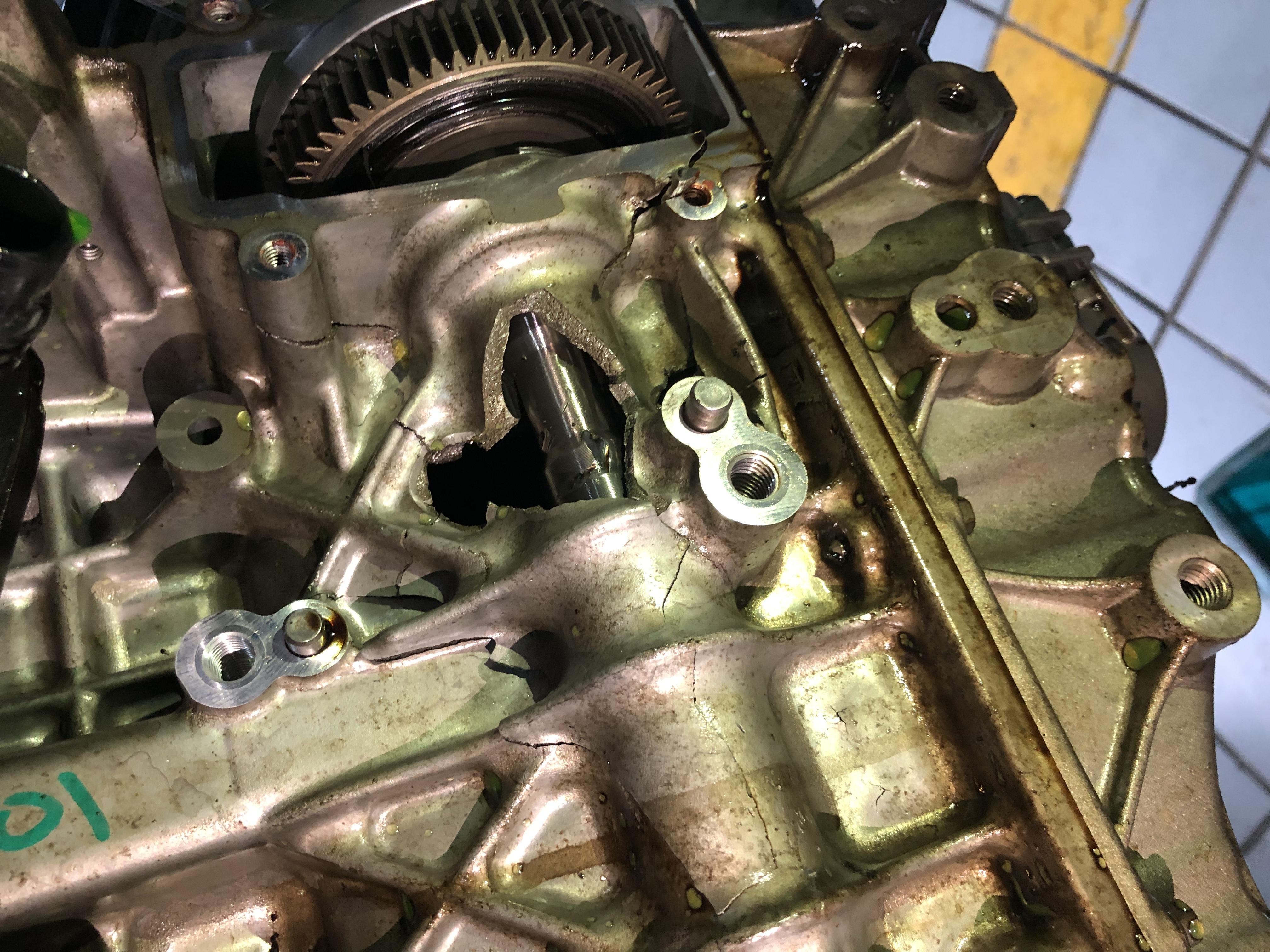 东风标致-标致308S 正常实行发动机连杆断裂导致发动机打了一个大洞