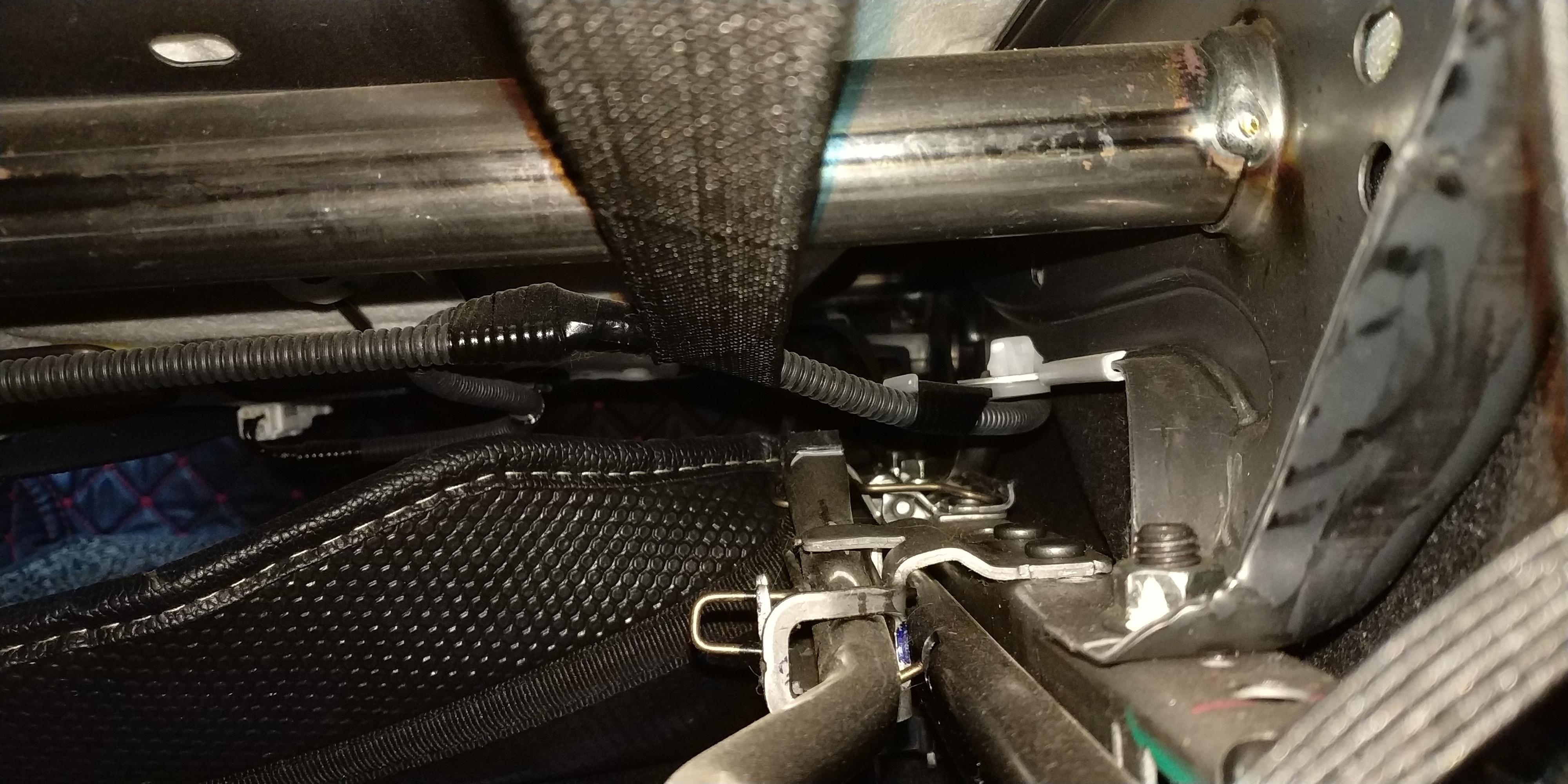 丰田-卡罗拉 方向管柱、座椅下方连接杆等位置无故生锈