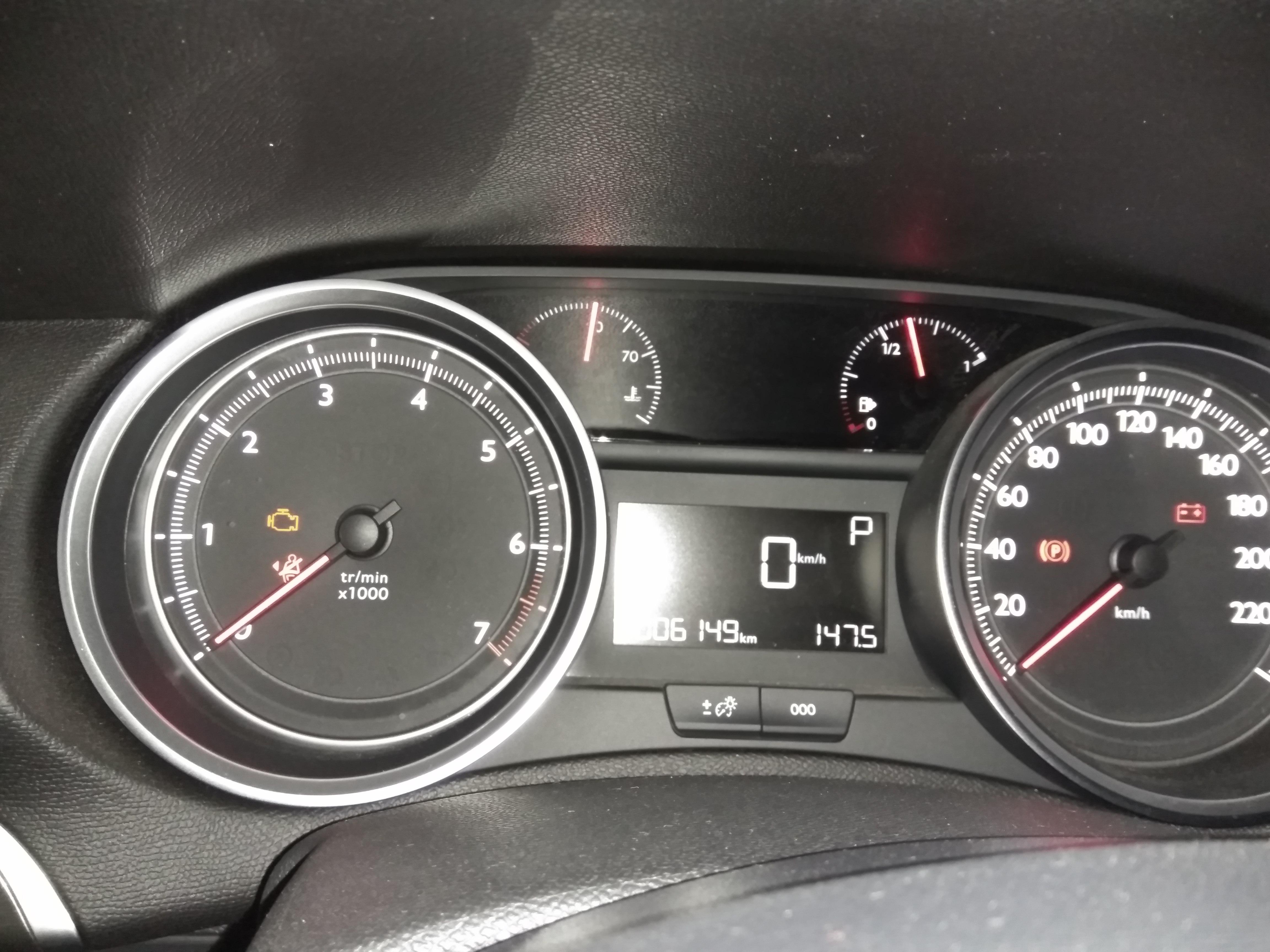 东风标致-标致408 仪表盘故障灯亮起,轮胎开裂,车辆有