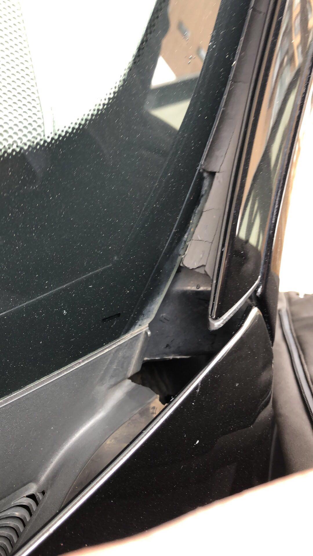 奔驰-奔驰E级 前风挡玻璃橡胶条质量差,老化严重开裂破损