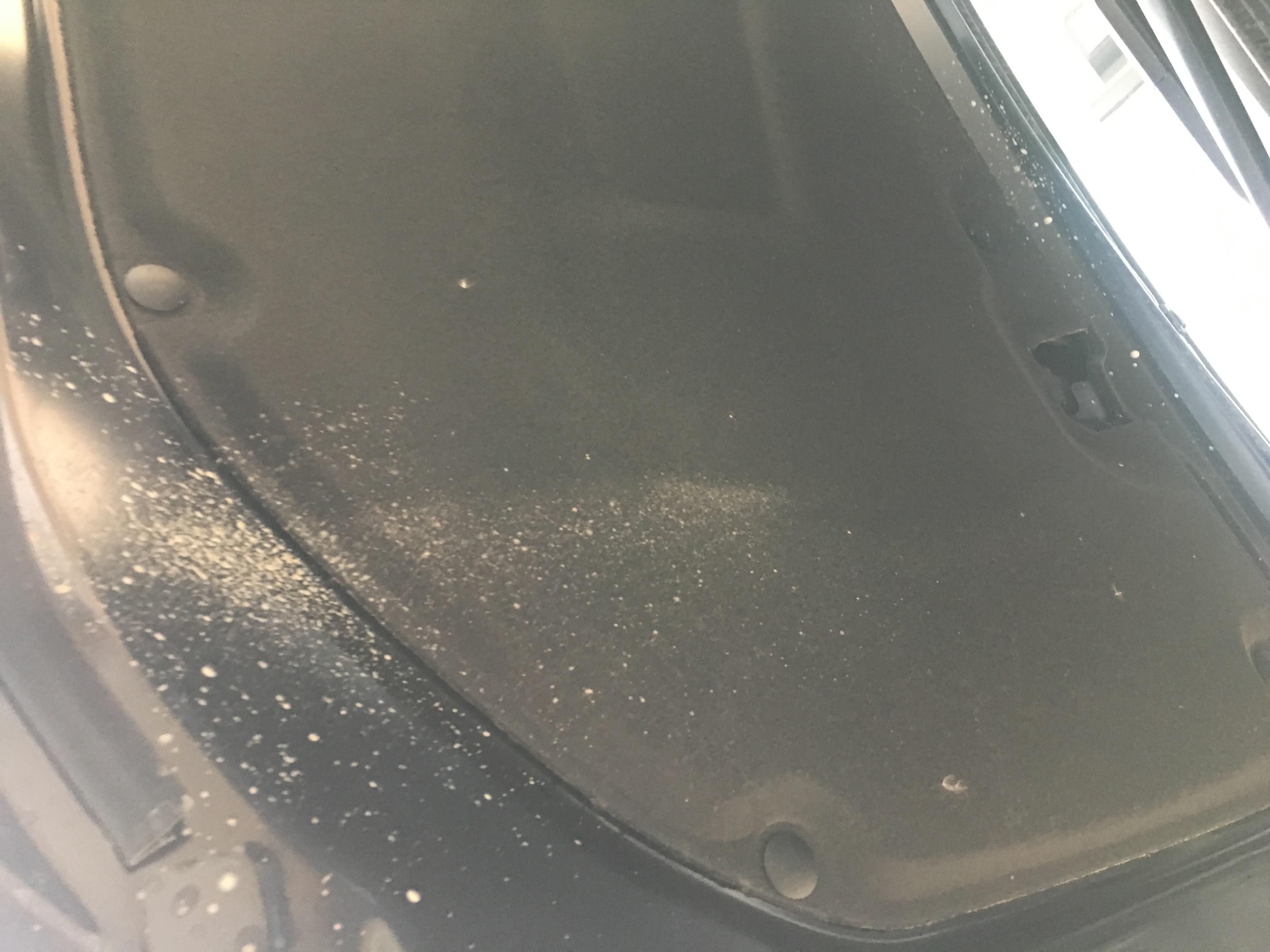 豐田-凱美瑞 行駛一段時間后,發動機艙內有一堆污泥出現