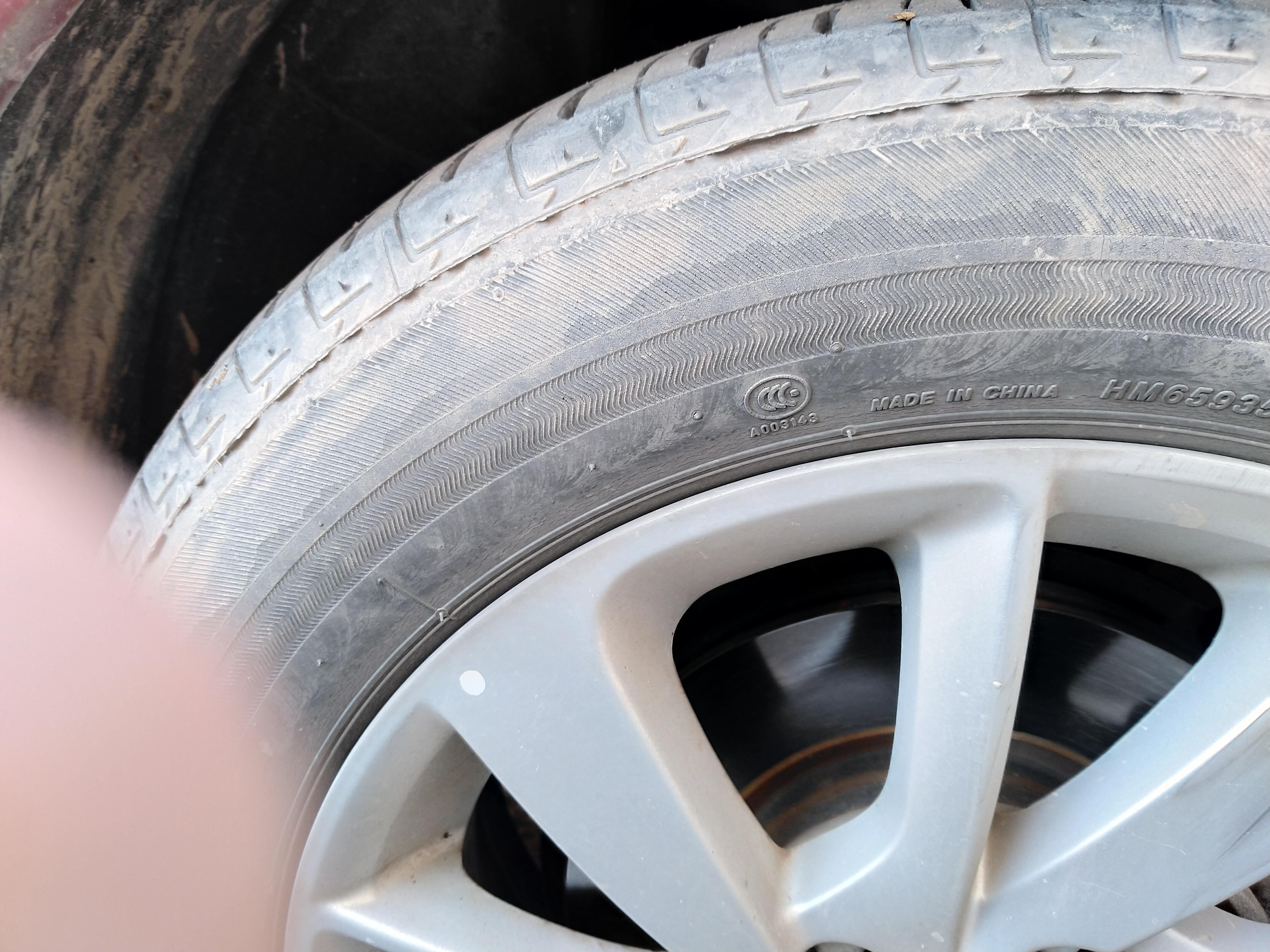 日产-骐达 轮胎龟裂