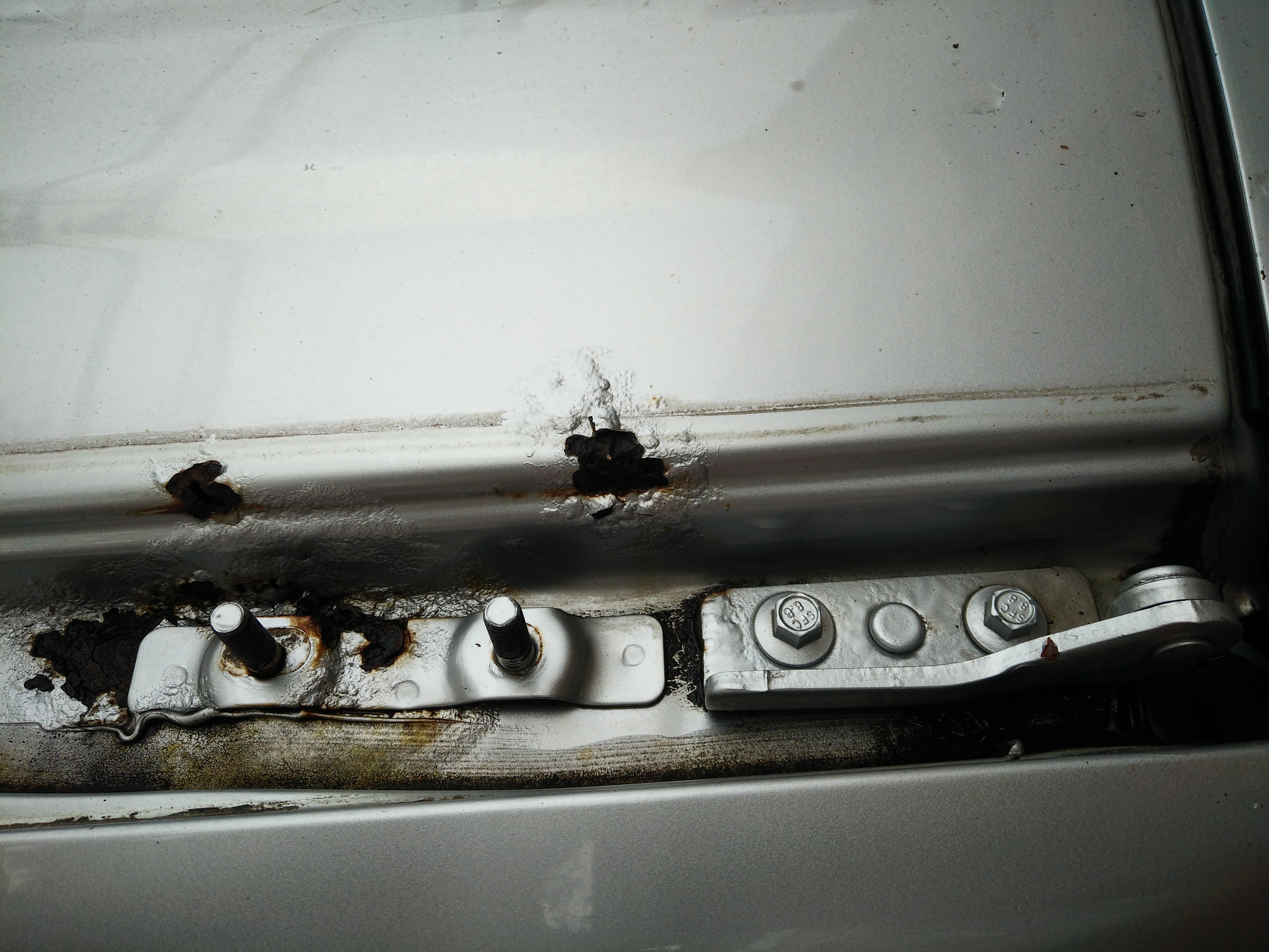 長城汽車-哈弗H6 車頂左右行李架溝槽固定處,后尾門處板金嚴重銹蝕穿孔腐爛。