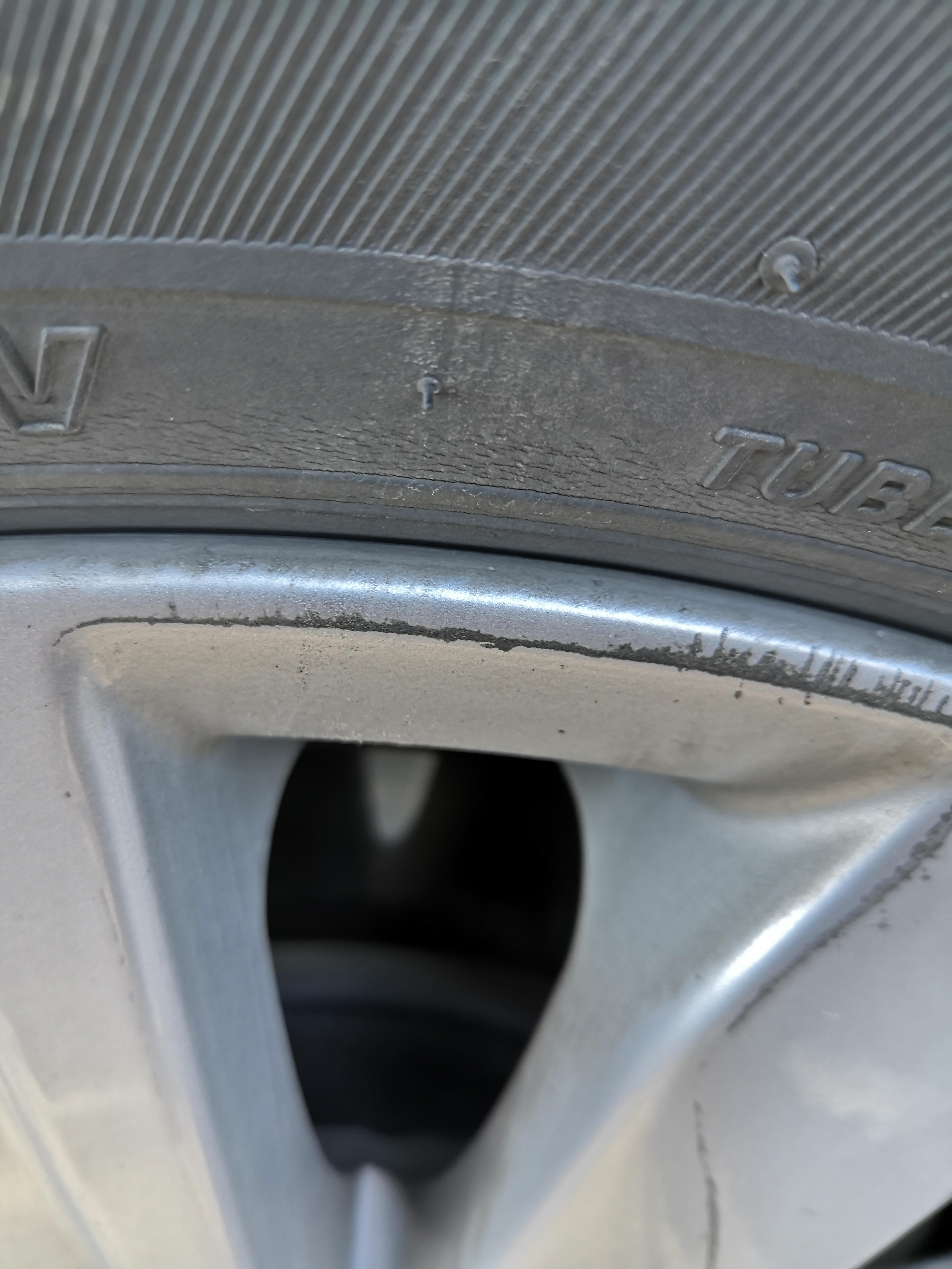 日产-天籁 轮胎裂纹,4S店不处理