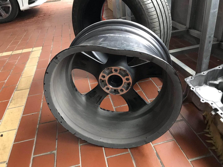 奔驰-奔驰E级 低速行驶过程中轮毂内圈爆裂且无任何警报提示