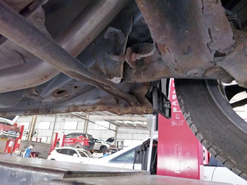 比亞迪-秦 車底盤生銹嚴重,個別部位已銹穿