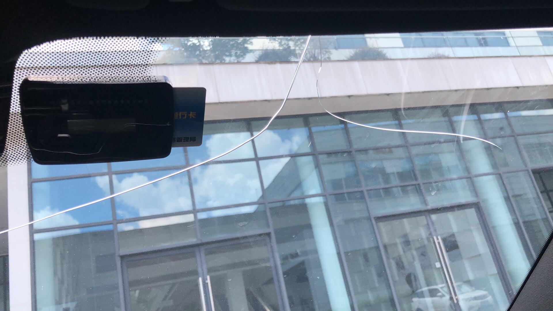 宝马-宝马6系GT 前挡风玻璃无故破裂