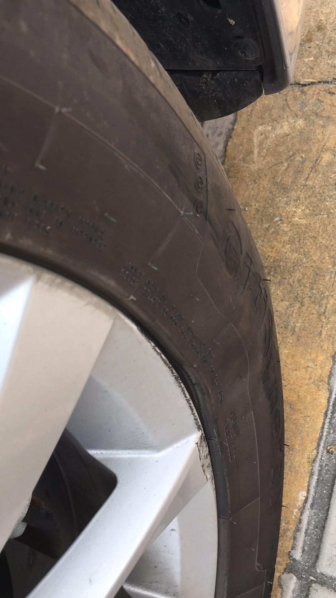 大众-宝来 右前轮轮胎有鼓包