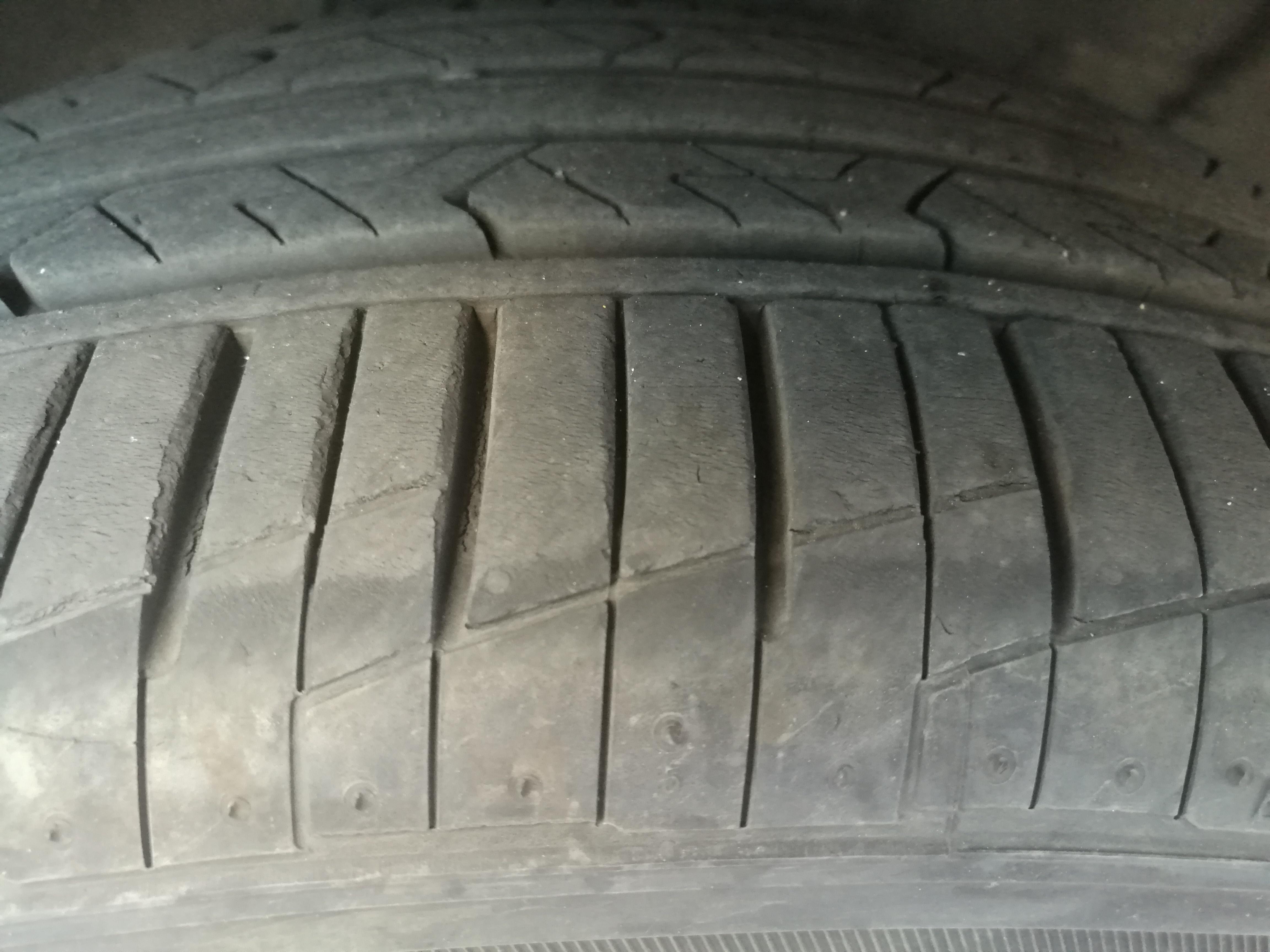 大众-朗逸 四轮胎均出现裂痕,存在安全隐患