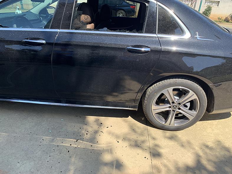 奔驰-奔驰E级 车左侧后窗户玻璃突然碎裂