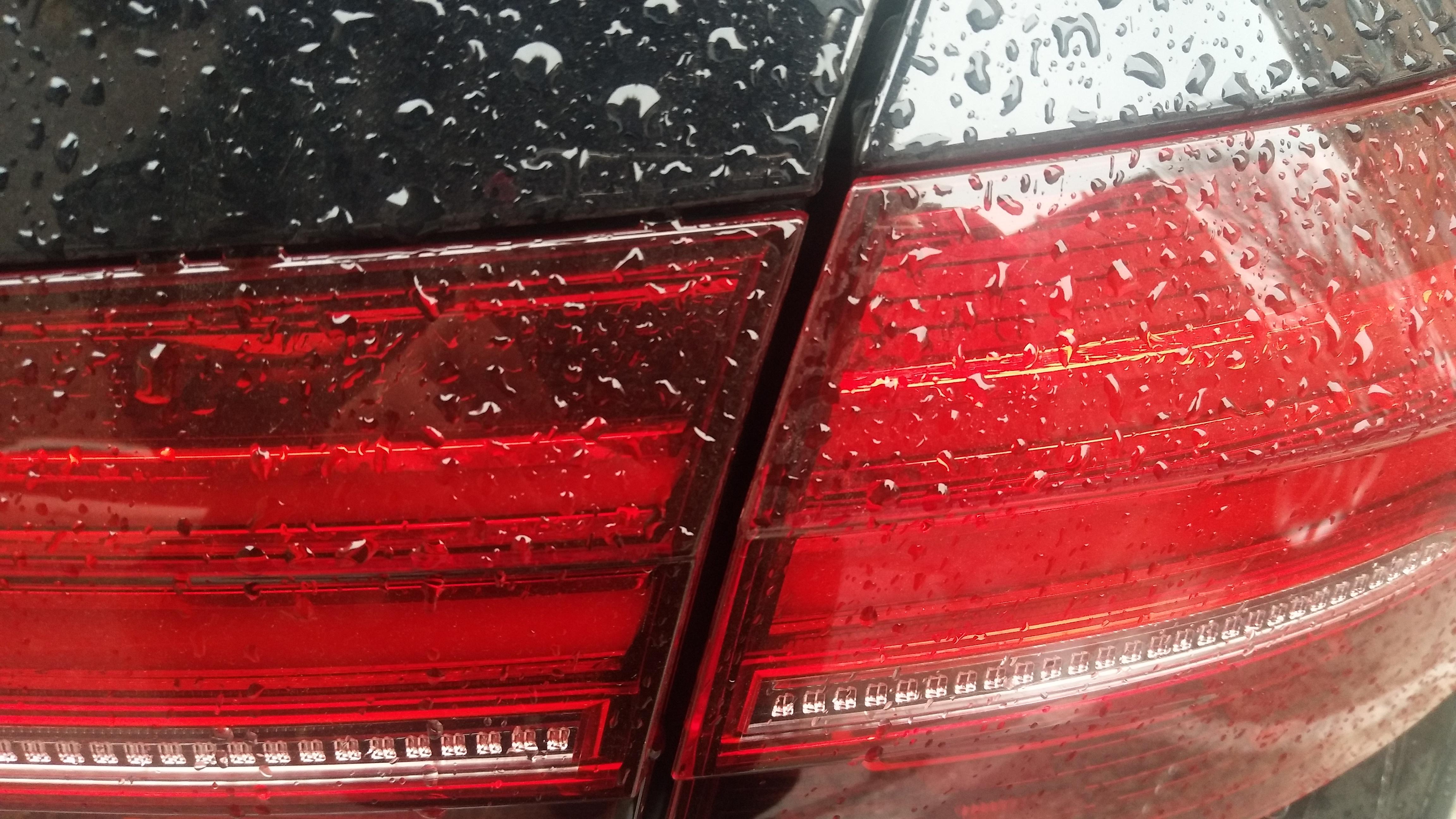 大众-帕萨特新能源 新车拆门,导致掉漆,后尾灯一高一低