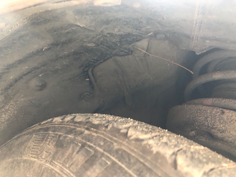 丰田-卡罗拉 车辆存在设计缺陷,发动机舱内有泥浆