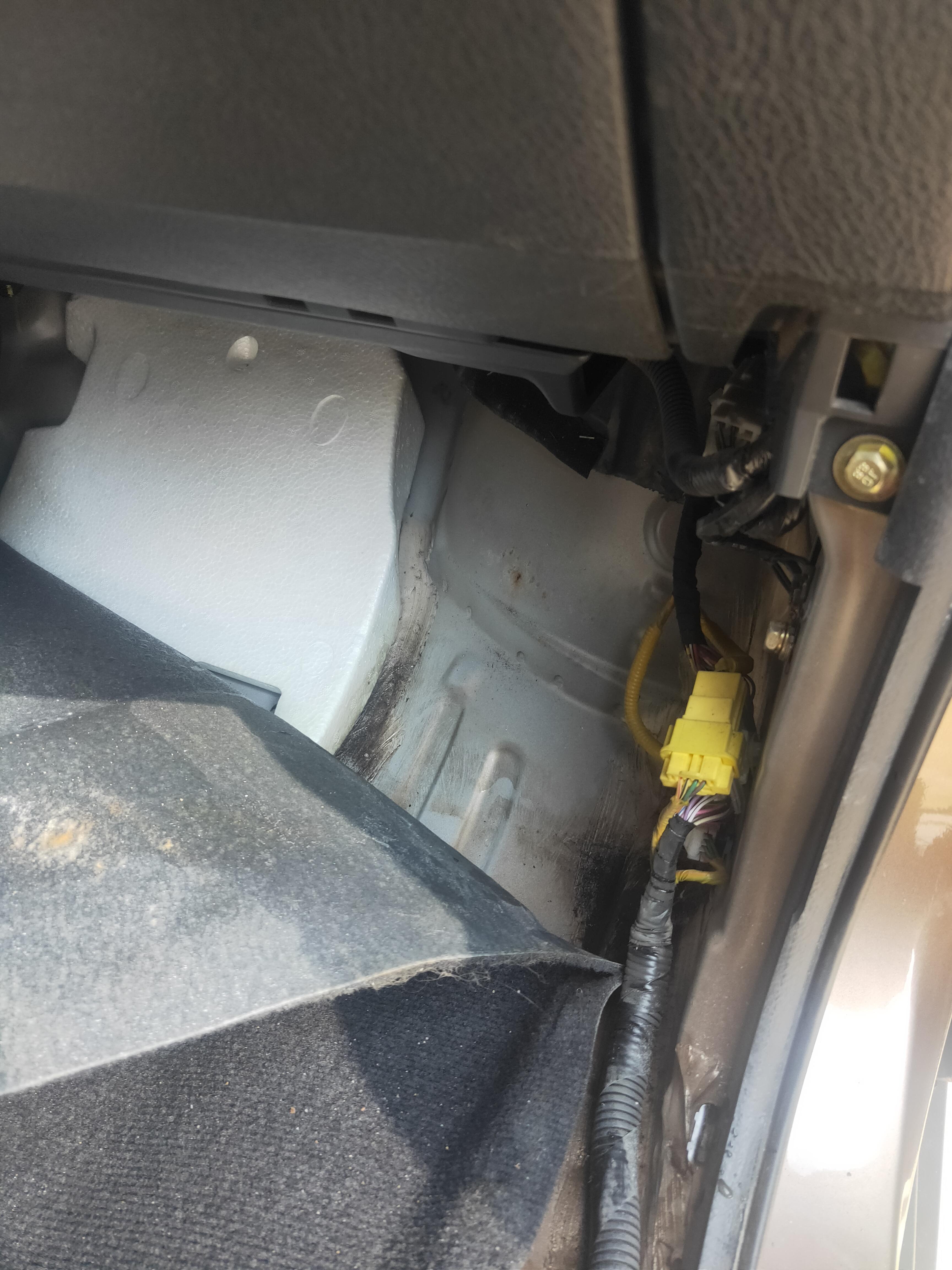 比亚迪-比亚迪S6 天窗排水漏水导致脚垫下积水