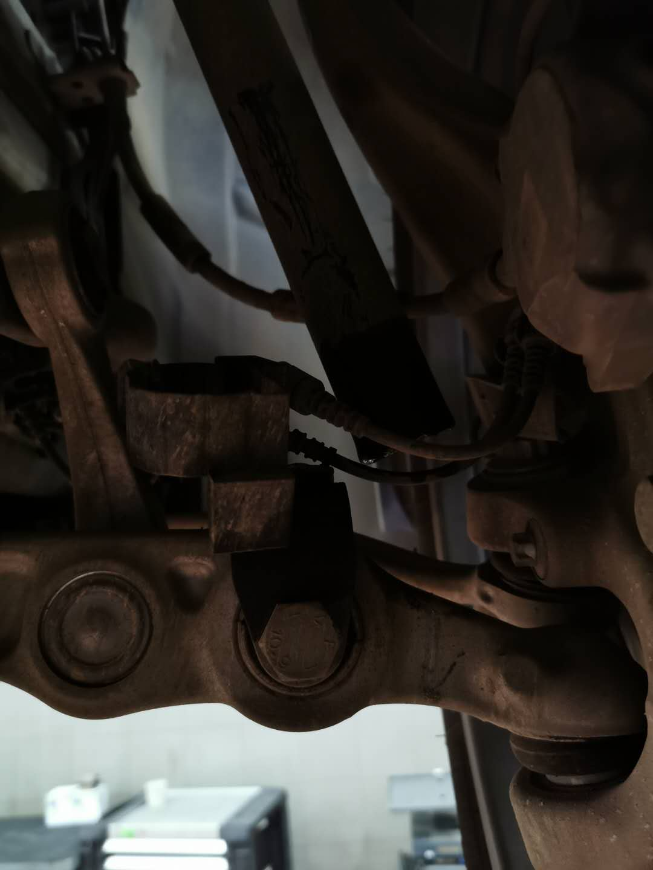 奔驰-奔驰E级 高速正常行驶右前悬挂无故断裂