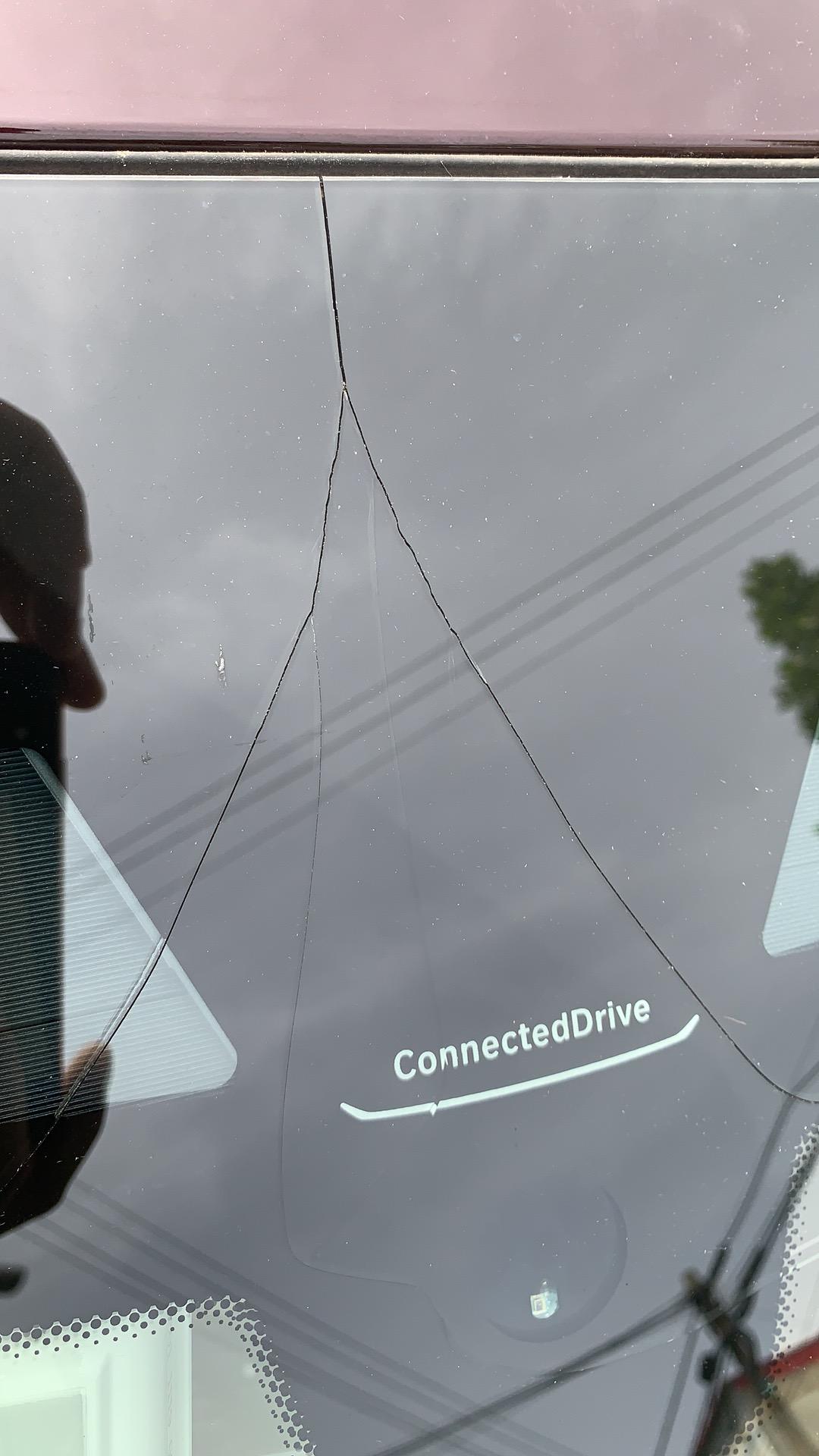 宝马-宝马6系GT 前挡风玻璃无任何外力自然开裂