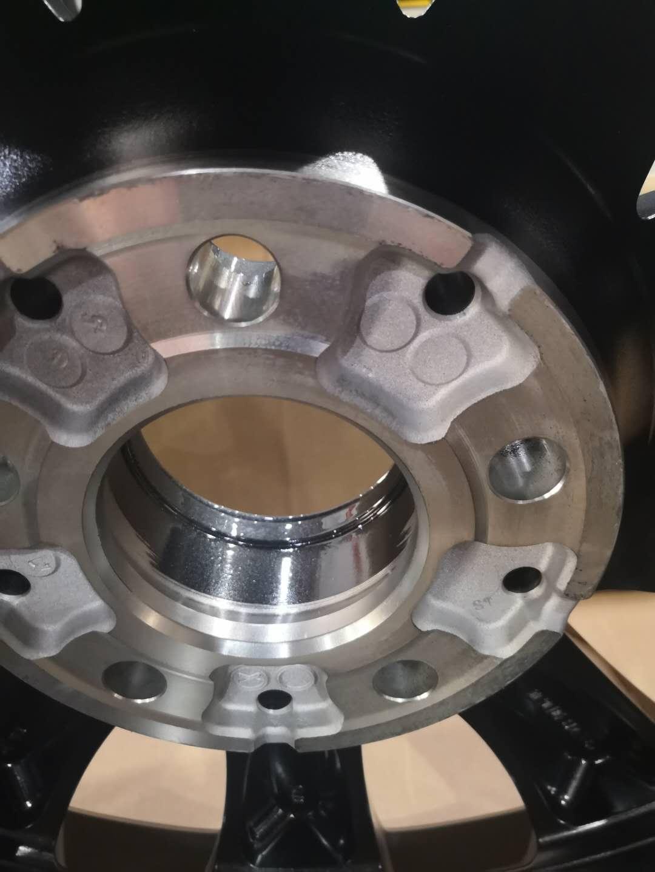 奔驰-奔驰E级 购买不到2年的奔驰E级,轮毂无故开裂,无法更换原车轮毂一样轮毂