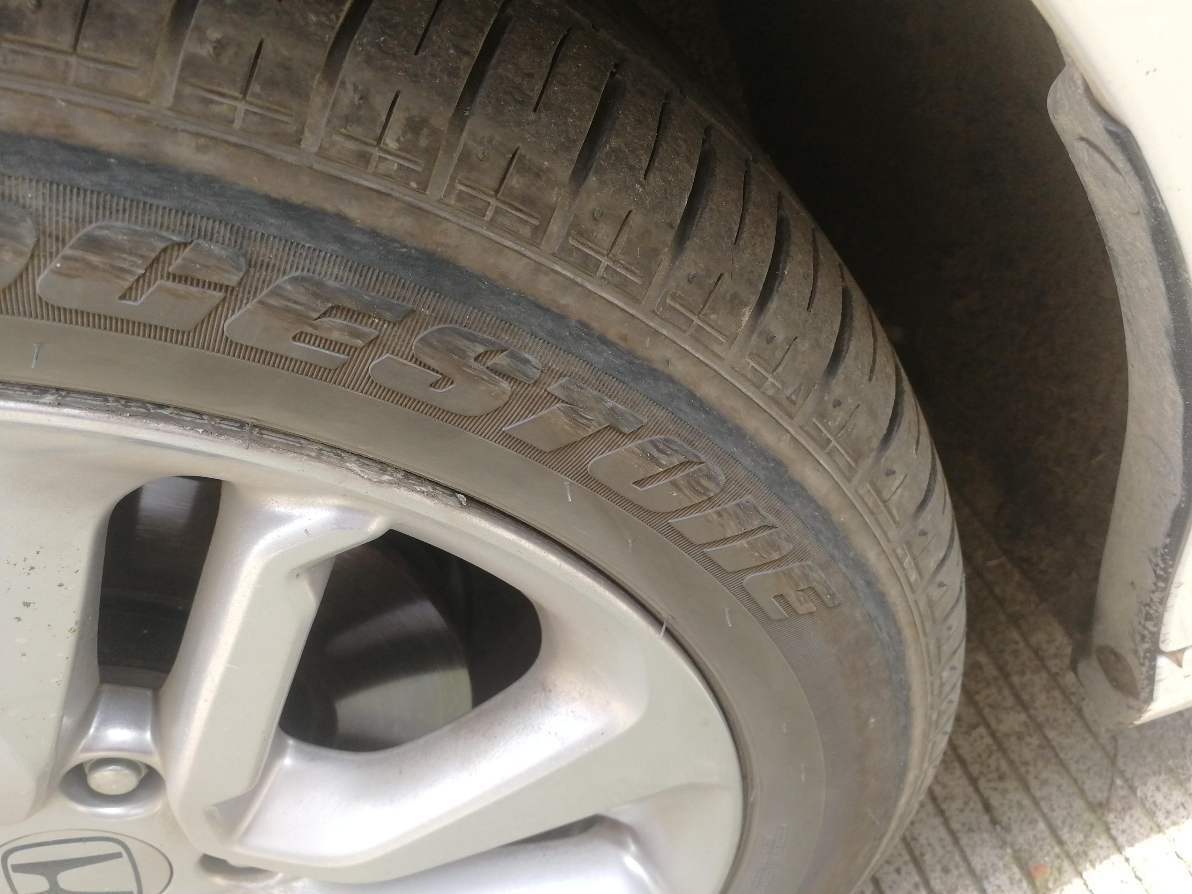 本田-雅阁 1.后座右侧把手有异响。2.保养后,气门芯使用不当导致轮胎漏气,瘪胎行驶,轮胎基本报废。
