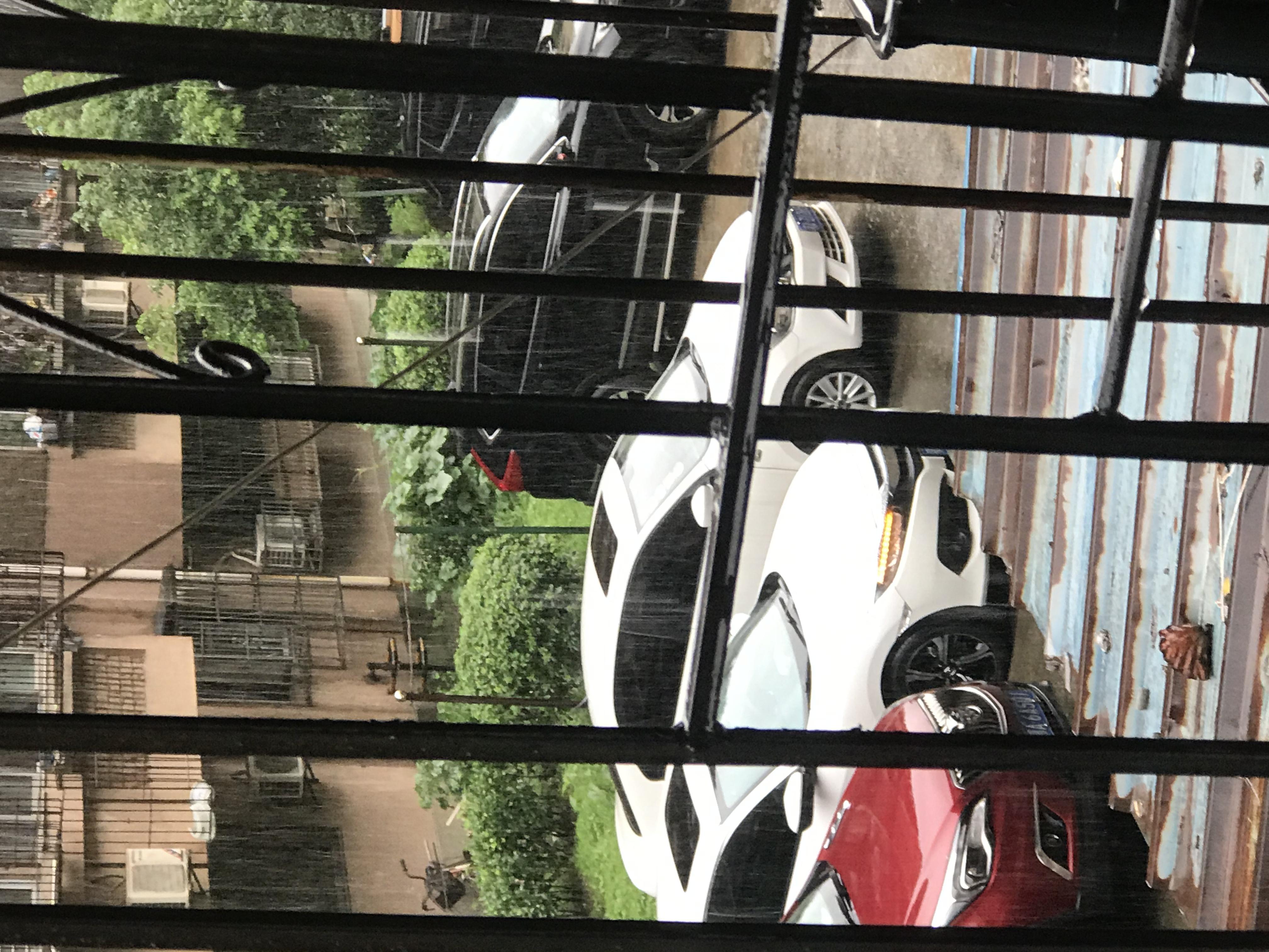 本田-思域 車輛停置鎖車斷電狀態,右轉向燈閃爍,下雨天閃爍頻繁,嚴重質量缺陷!