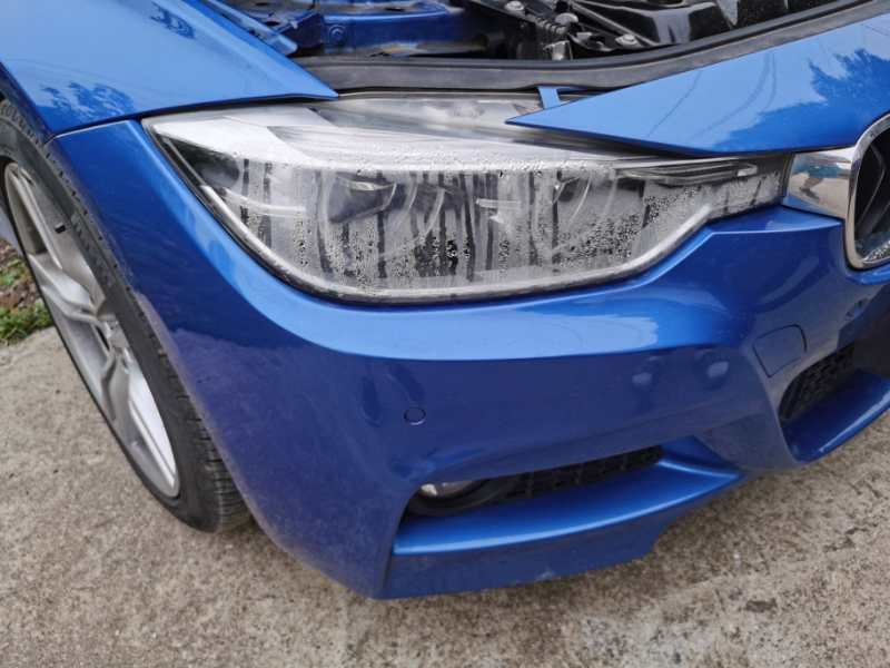 宝马-宝马3系 售后期内无事故发生且汽车接触面无挤压撞击伤痕情况下大灯自裂起雾进水宝宁不予售后质保