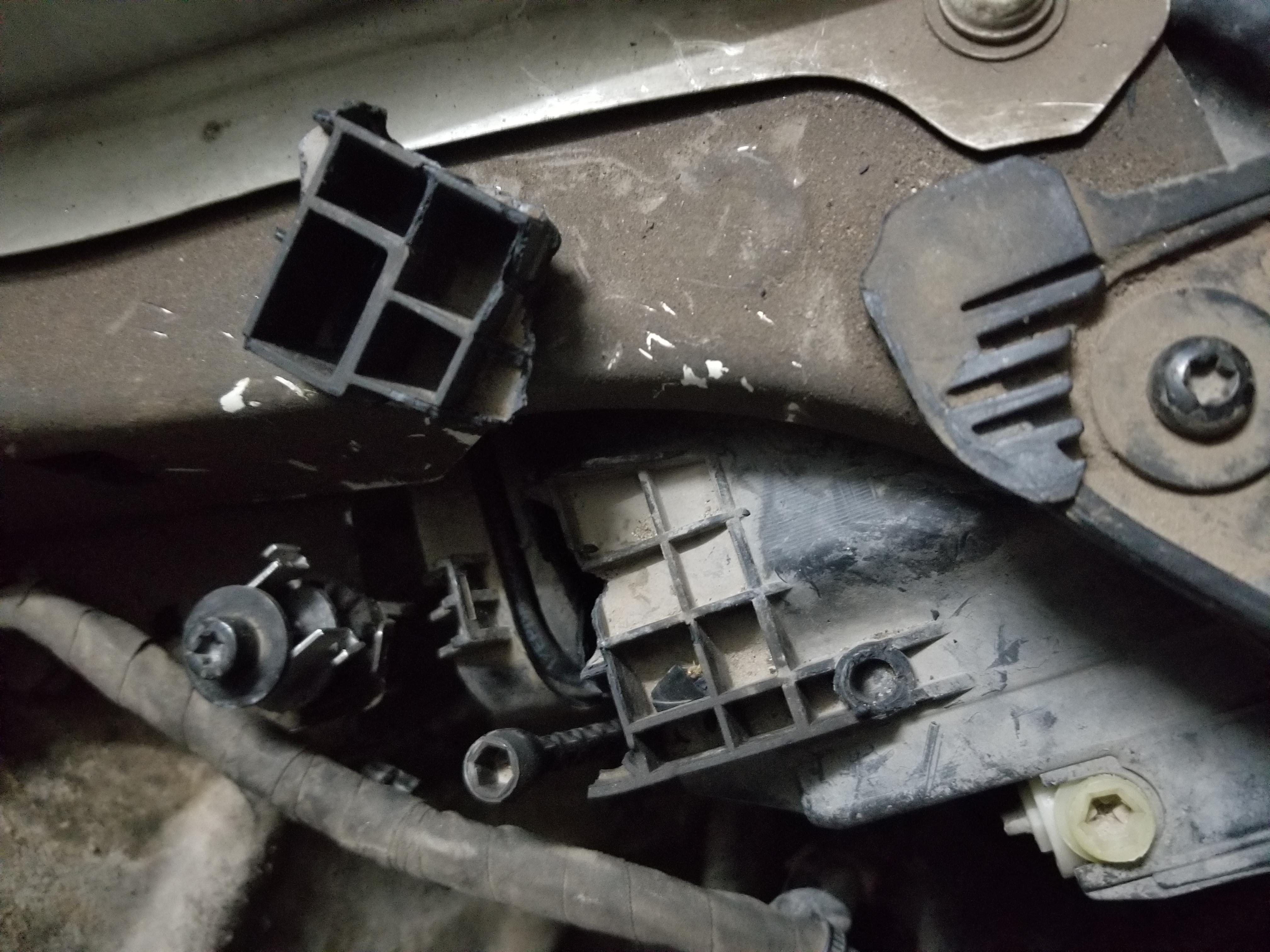 奥迪-奥迪A6L 前左右大灯开裂存在质量问题,有严重缺陷!