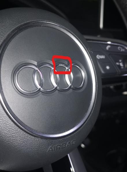 一汽大众奥迪A4L方向盘上镀铬LOGO掉漆