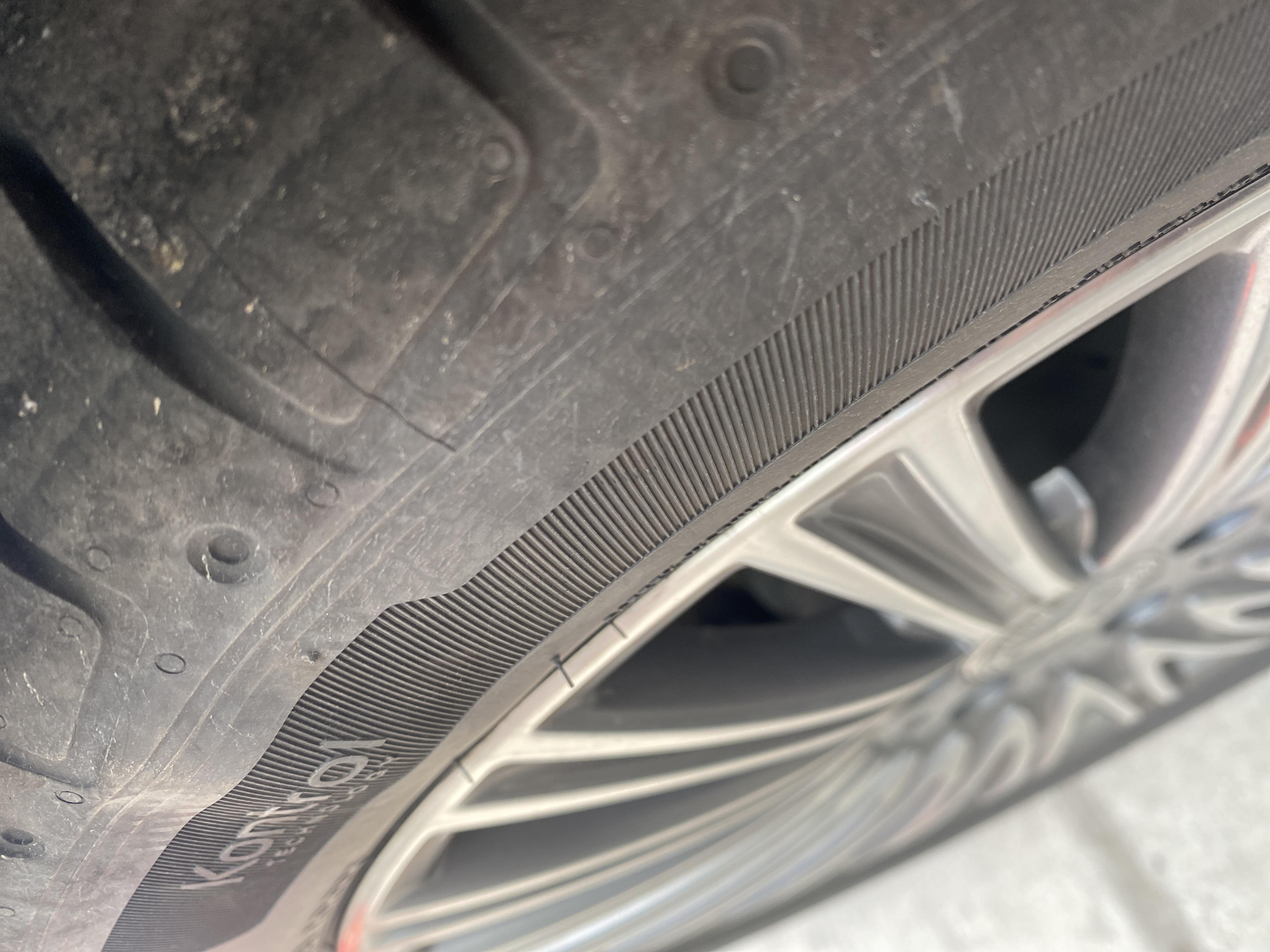 奔馳-E級新車1萬公里,兩條輪胎鼓包