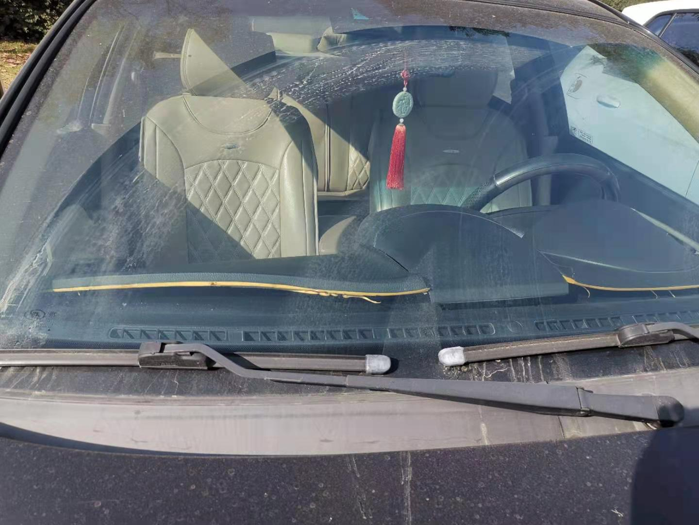 别克-凯越中控台盖板严重变形,存在安全隐患