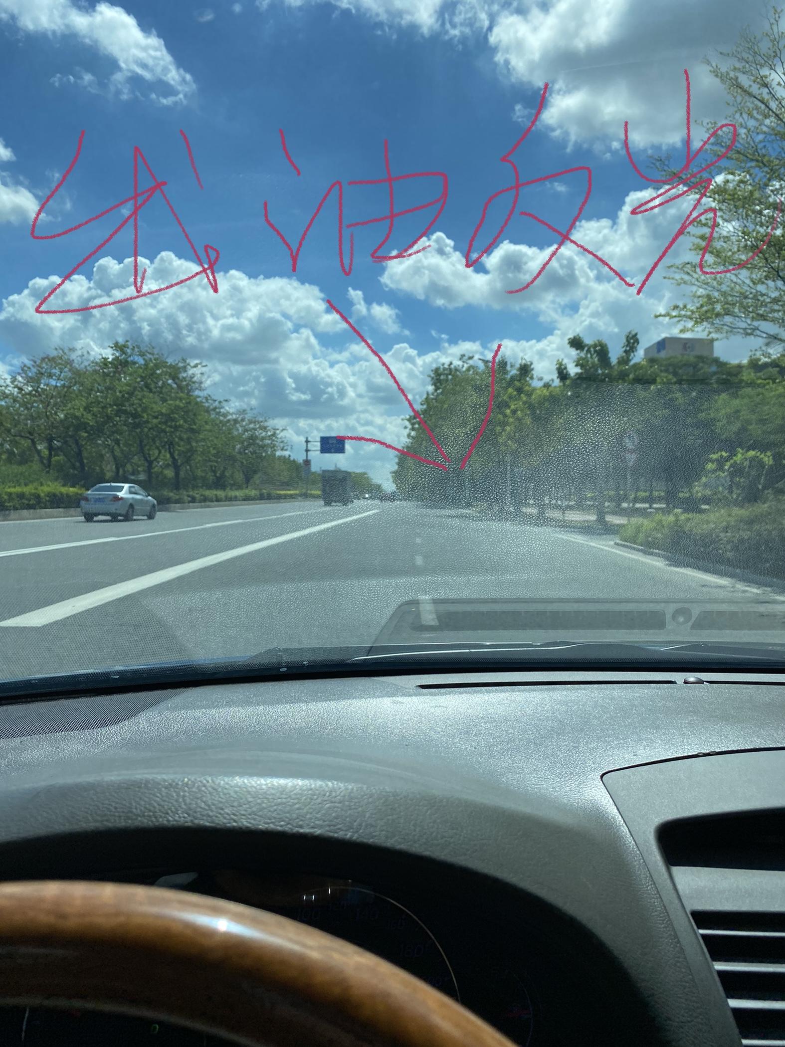 丰田-凯美瑞,仪表台出油反光,倒影在前挡玻璃。