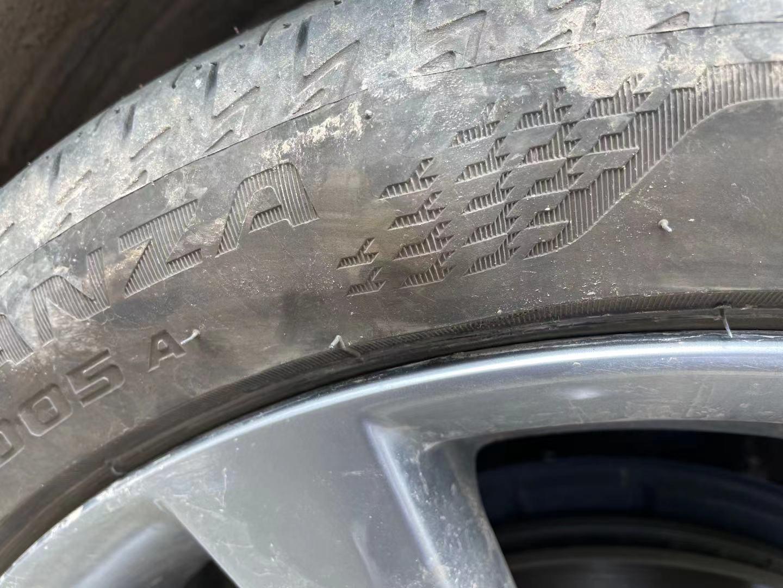 马自达-昂克赛拉 ,四个轮胎开裂。