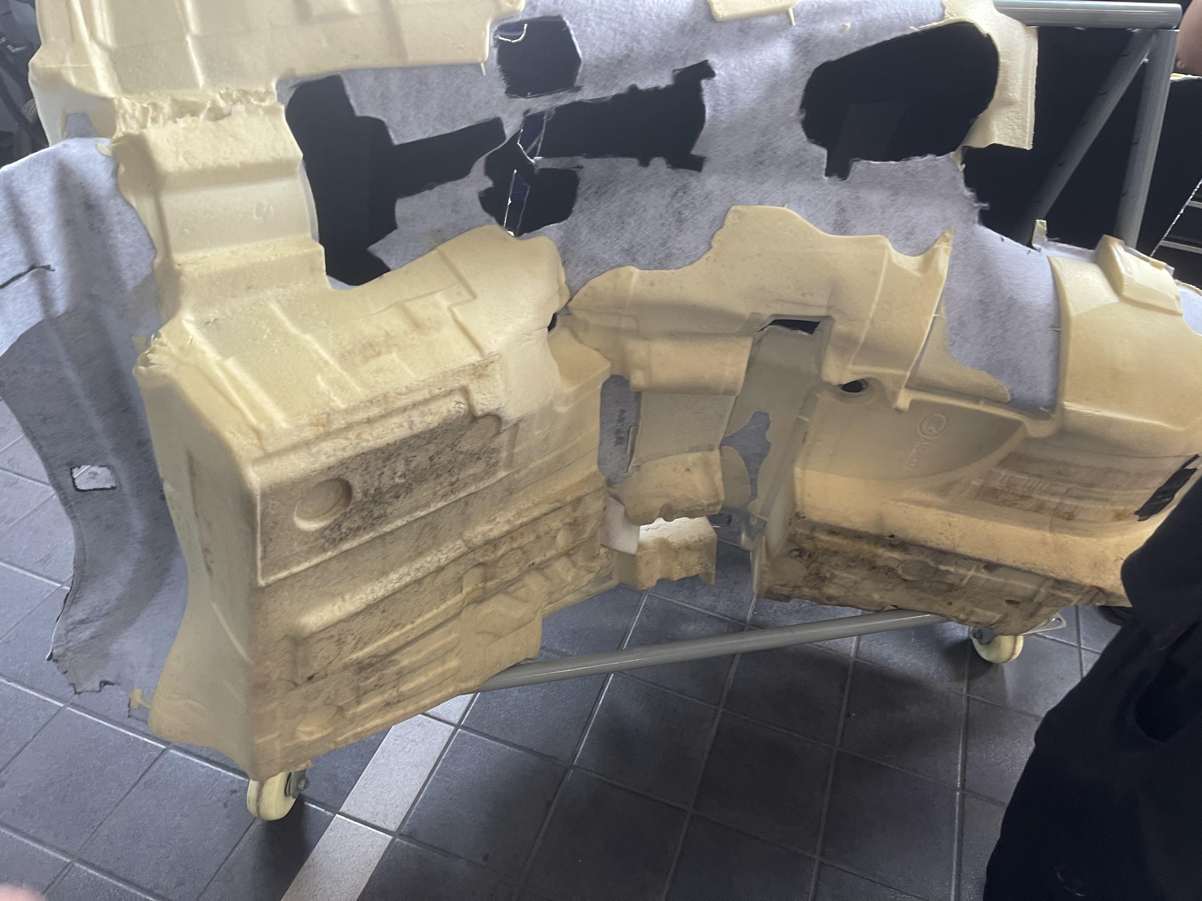奥迪-A4L,排水管质量问题导致车内地毯泡水