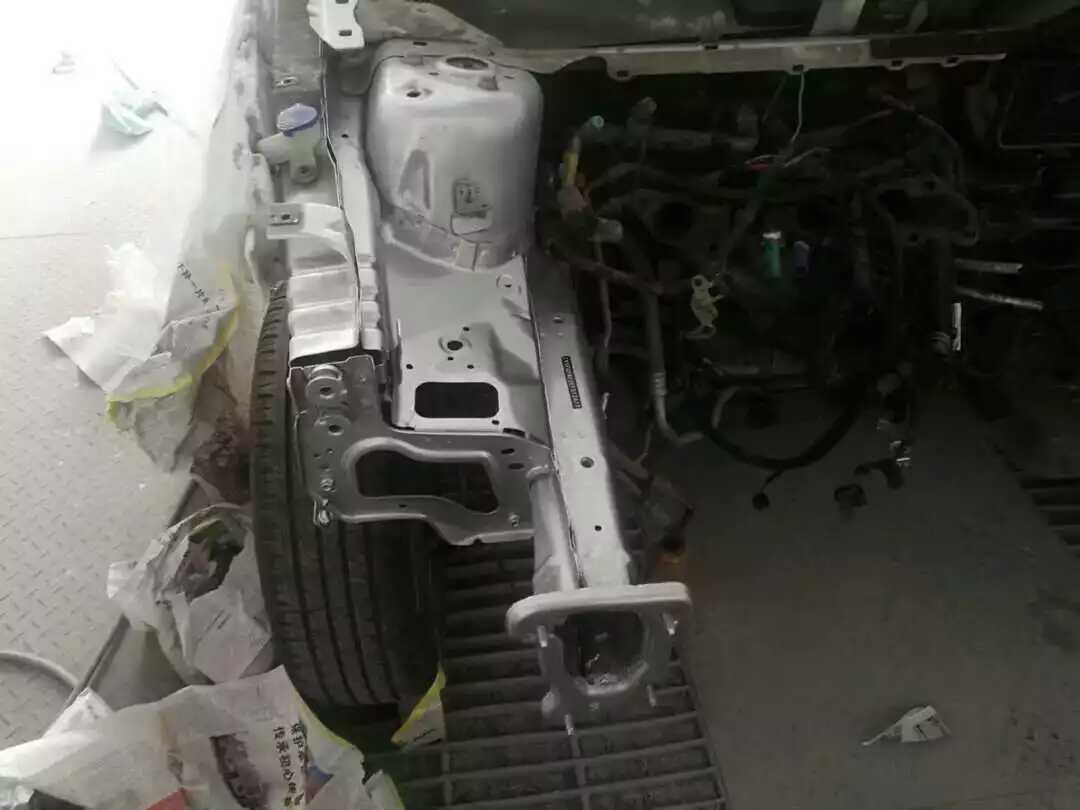福特-福克斯,正面撞击气囊都没打开。
