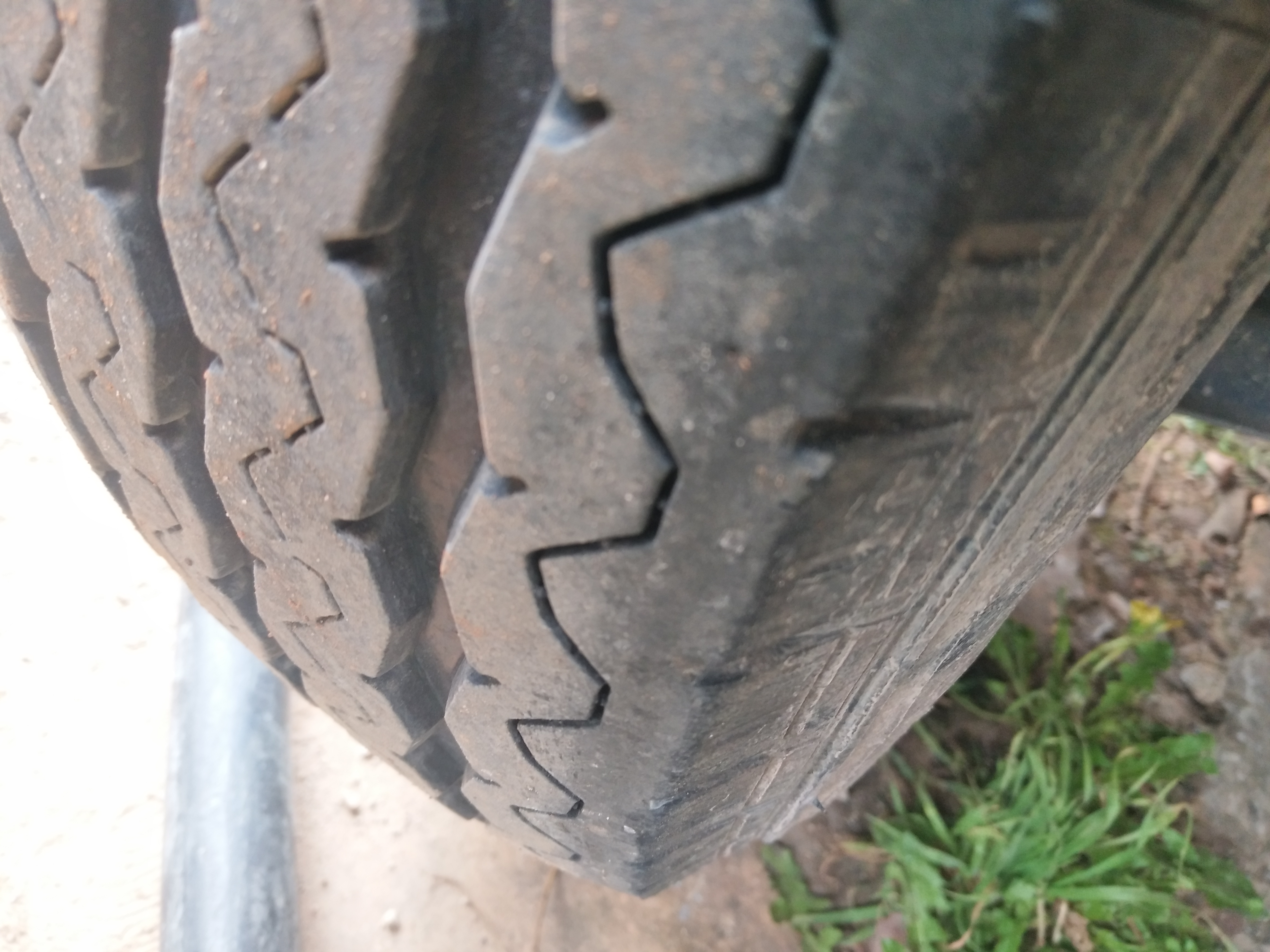 瑞馳新能源EC35新車四輪內側吃胎磨損嚴重,售后卻不給予解決維修