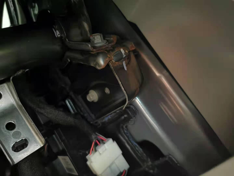 比亞迪秦PLUS天窗導水管出廠時沒接好,造成車內進水嚴重