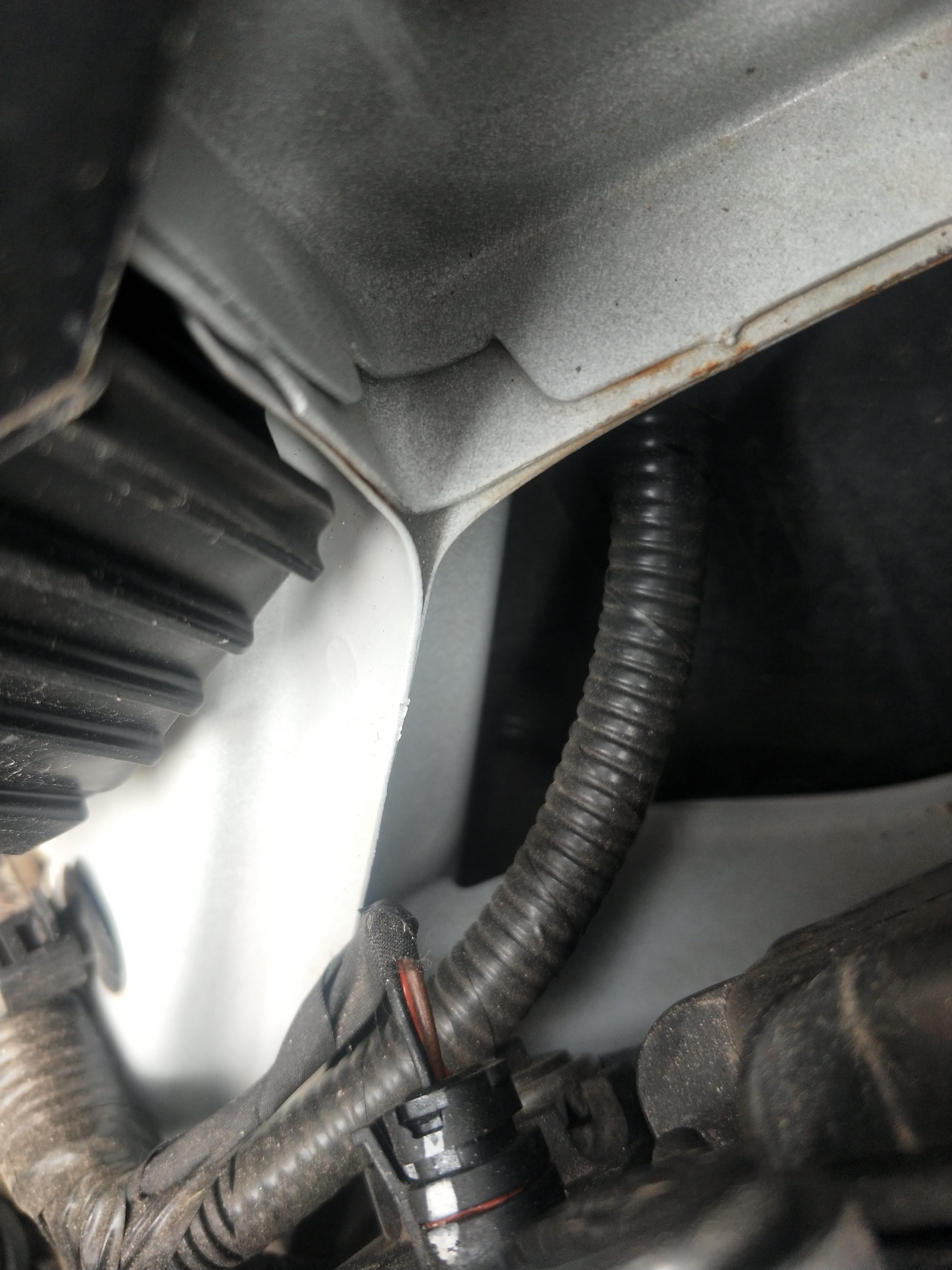 北京现代悦动因厂家生产流程工艺及品控有问题,导致车辆仓梁头生锈严重